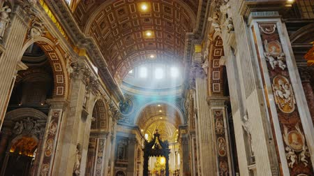 vatikan : Rome, Italy - June, 2017: Basilica of St. Peter in the Vatican. The rays of the sun make their way through the windows in the dome