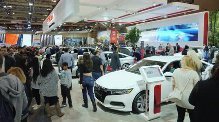 visitante : Toronto, Canada, February 20, 2018: People inspect the exposure of Honda cars at an automobile exhibition in Toronto Stock Footage