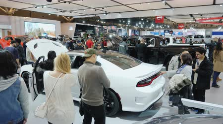 visitantes : Toronto, Canada, February 20, 2018: A lot of people at the car show in Toronto. One of the largest and most popular auto shows in the world