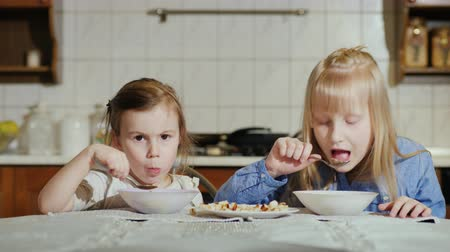 barszcz : Two little girls 5 and 7 years with an appetite eat soup Wideo