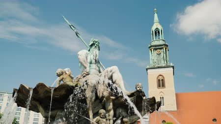 bronz : The Neptune Fountain in the center of Berlin Stok Video