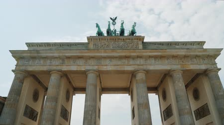 вводить : Steadicam shot: Pass under the famous Brandenburg Gate in Berlin Стоковые видеозаписи