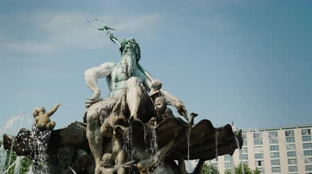 bronz : Steadicam shot: The Neptune Fountain in the center of Berlin