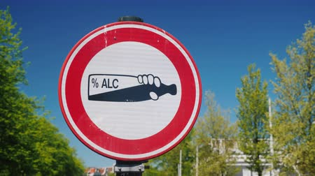 grãos : A traffic sign prohibiting alcohol consumption in a public place. A bottle of alcohol on a white background is circled in a red circle Stock Footage