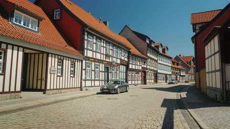 типичный : Picturesque street of a small town in Germany. Traditional style of construction. Verniigorodee - a city in Germany in the federal state of Saxony