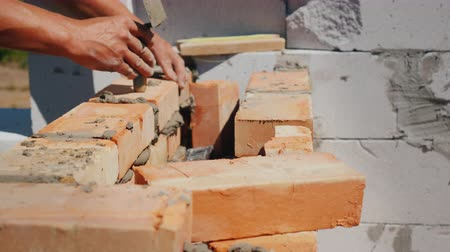 каменная кладка : The hands of the worker, makes brick masonry