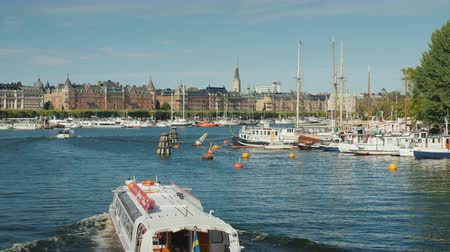 baltské moře : Stockholm, Sweden, July 2018: Pleasure boats with tourists swim along the river in the city of Stockholm. Tourism in Scandinavia concept Dostupné videozáznamy