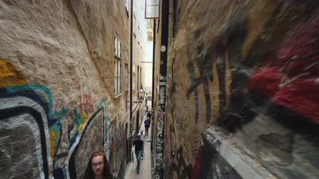 estocolmo : Stockholm, Sweden, July 2018: Morten Trotzigs lane is the narrowest street in Stockholm. Its width is only 90 centimeters. Tourists love this place. Steadicam shot Vídeos