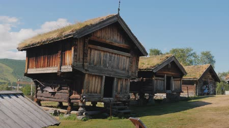 antikalar : Several ancient traditional Norwegian houses Stok Video
