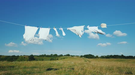 lavanderia : White linen dries on a rope in a picturesque place