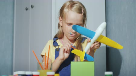 гуашь : Cool girl paints a toy airplane. Educational games for children