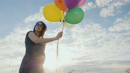 maravilha : Young pregnant woman carefree playing with balloons Stock Footage