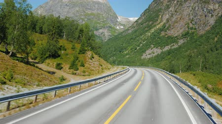 scandinavisch : Go along the scenic road among the mountains of Norway. First-person view