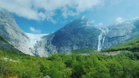 ledovec : Epic view of the mountains and the Briksdal glacier. Pan shot