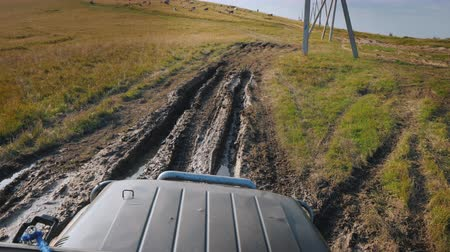 крайняя местности : Driving on an extremely bad dirt road with puddles. SUV rides in the countryside Стоковые видеозаписи