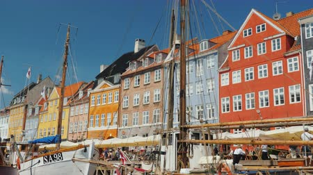 danimarka : Copenhagen, Denmark, July 2018: Nahavn is a popular place among tourists, where many colorful houses, bars and cafes, sightseeing ships are floating along the canal