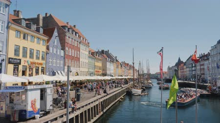 danimarka : Copenhagen, Denmark, July 2018: Nyhavn is a port of the 17th century, a canal and a resting place in Copenhagen, Denmark.