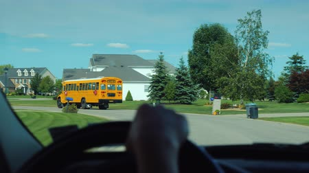 řidič : View from the window of the car, which goes after the school yellow school bus in the US suburb Dostupné videozáznamy