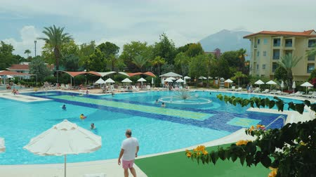 luksus : Kemer, Turkey, June 2018: Well-groomed territory with a swimming pool in a Turkish hotel. Everything for a comfortable rest on the all-inclusive system Wideo