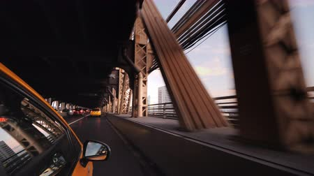 kereszt : The famous New York yellow cab rides over the bridge. View from the taxi window Stock mozgókép