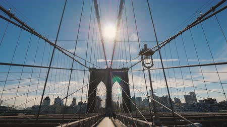 kabel : Walking from Manhattan to Brooklyn along the beautiful Brooklyn Bridge. Wide angle steadicam shot