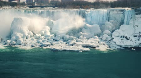 podkowa : Partly frozen river Niagara and Niagara Falls. Beautiful winter in the popular tourist spot of the USA and Canada