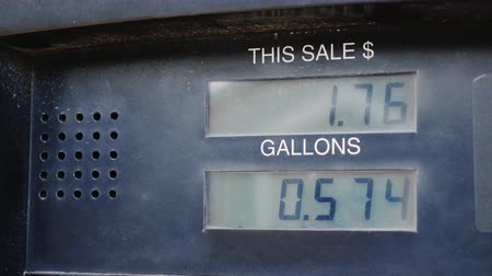 tankowanie : The meter shows the amount of fuel in gallons and the dollar amount. Refueling cars and the price of fuel Wideo
