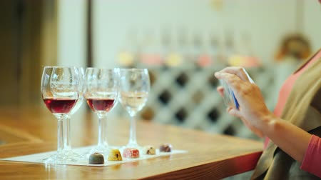 şarap kadehi : A woman photographs a series of glasses and beautiful candy. Wine tasting with sweets and wine tour