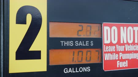 galão : The meter shows the amount of fuel in gallons and the dollar amount. With a red warning next to the meter Vídeos
