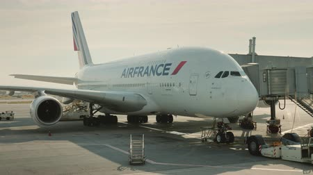 tankowanie : Paris, France, Charles de Gaulle Airport, September 2018: Airport services prepare the plane for flight Wideo