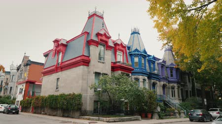 homeopático : Montreal, Canada, October 2018: Colorful Victorian Houses in Square Saint Louis - Montreal, Quebec, Canada. Beautiful multi-colored roofs Stock Footage