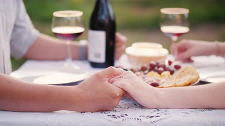 pincészet : Young couple holding hands, romantic dinner with wine