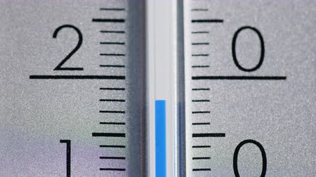 šedé pozadí : The temperature increases on the thermometer scale.