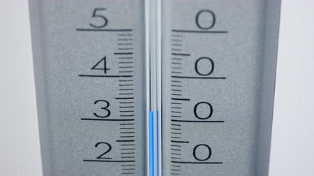 grau : Thermometer shows an increase in temperature up to fifty degrees. Heatwave Stock Footage