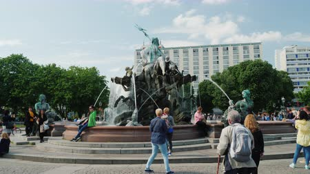 poseidone : Berlin, Germany, May 2018: A lot of tourists stroll around the Neptune fountain in the center of Berlin