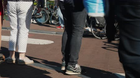holandês : Intensive traffic of people and bicycles in Amsterdam