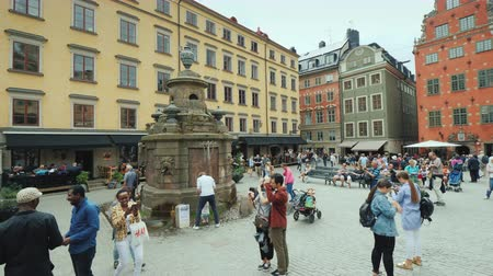 svéd : Stockholm, Sweden, July 2018: The square of the old city in the center of Gamla Stan. Many tourists rest here and admire the beautiful architecture