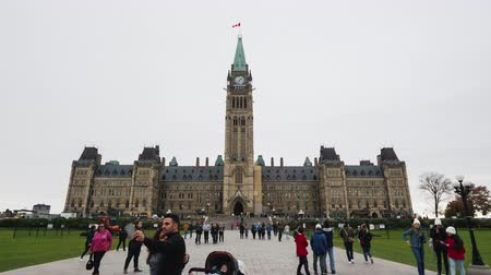instantâneo : Ottawa, Canada, October 2018: Historic Canadian Parliament Building in Ottawa, many tourists visiting the sights. Hyperlapse video