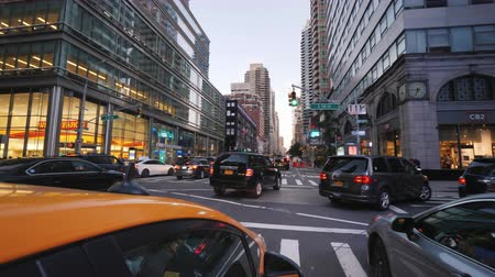 kereszt : New York, USA, September 2018: Riding in the evening in New York in the famous yellow cab