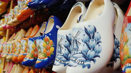 nizozemí : Zaanse Schans, Netherlands, May 2018: Beautiful wooden shoes with painted mills. A popular souvenir from the Netherlands