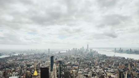 Vista dall'alto del quartiere degli affari di Manhattan, video panoramico con una svolta Filmati Stock