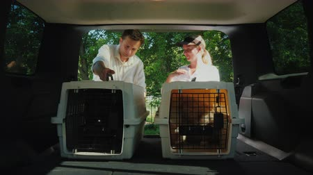 kap : A man gets a dog in a cage, signs for receipt. Pet delivery concept