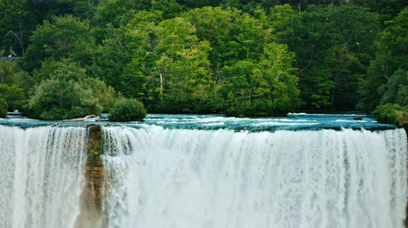 podkowa : Niagara River and Niagara Falls on a background of green forest - beautiful landscape of American nature Wideo