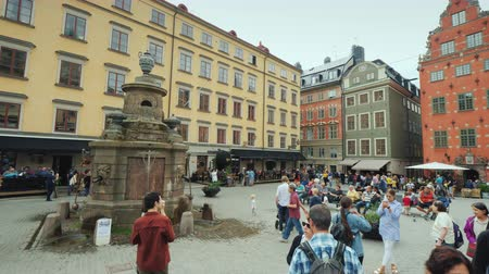 escandinavo : Stockholm, Sweden, July 2018: The square of the old city in the center of Gamla Stan. The architecture of the old part of Stockholm Vídeos