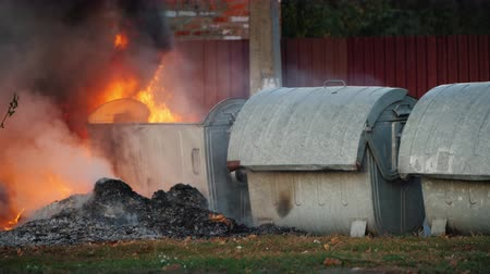 prullenbak : Fire near garbage cans, riots in the city Stockvideo