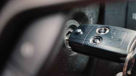 インサート : Start the car passenger car, hand inserts the ignition key