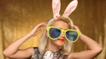 coelho : Girl with oversized glasses and bunny ears dancing