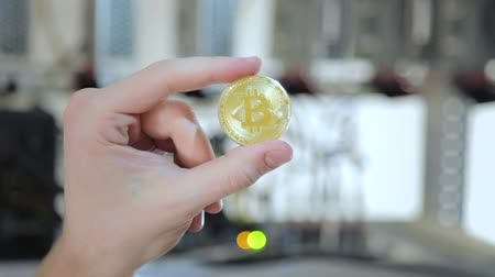 souvenirs : Crop hand showing golden bitcoin Stock Footage