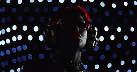 senhora : Red Head Woman LED Glasses Headphones Performance Vídeos