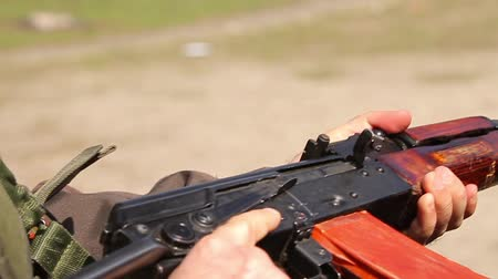 megolvad : a man inserts a magazine into a rifle, removes it from the fuse and cocking the shutter. close-up, hd, no sound Stock mozgókép